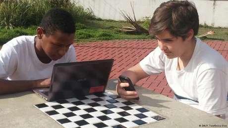 Estudantes são encorajados a utilizar a tecnologia durante as atividades escolares