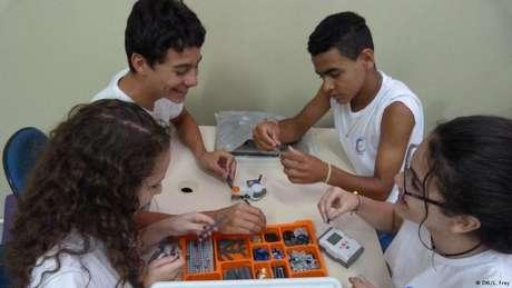 Aula de robótica proporciona desafios e trabalho em equipe