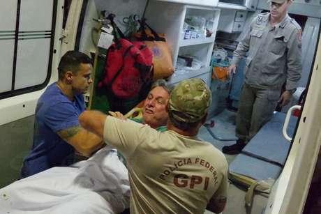 Enfermeiros tiveram trabalho para manter o ex-governador deitado na maca para coloca-lo dentro da ambulância