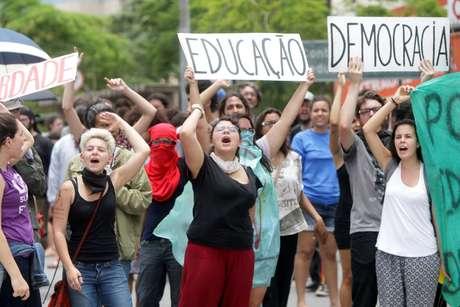 Estudantes realizam ato contra a PEC 55, proposta que tramita no Senado e prevê o congelamento de investimentos públicos nos próximos 20 anos