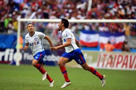 Hernane comemora o segundo gol na vitória do Bahia (Foto: Edson Ruiz/COOFIAV/Lancepress!)