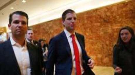 Donald (esq.) e Eric Trump tem papéis importantes nos negócios de seu pai