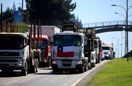 Camioneros continúan cortando la ruta impidiendo el paso de camiones argentinos — Chile