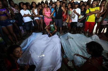 Corpos de sete pessoas foram encontrados em um matagal na Cidade de Deus.