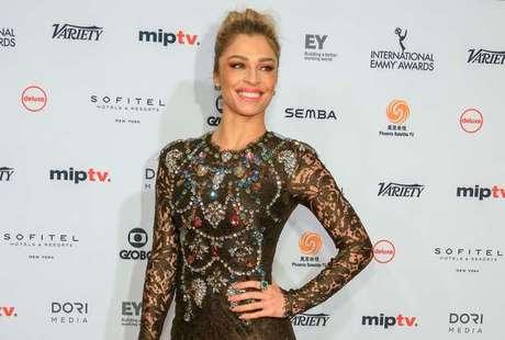 A atriz na chegada à cerimônia de premiação, em Nova York (Foto: Luiz C. Ribeiro/TV Globo)