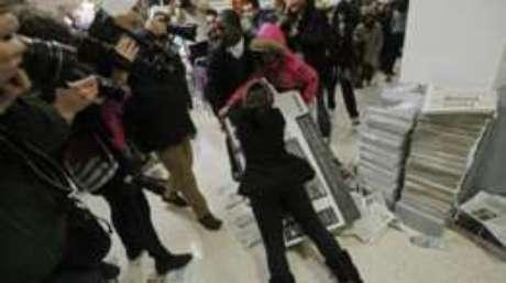 Dia costuma ser marcado por filas e confusão em lojas ao redor do mundo