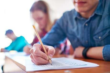 Além de documento original de identidade com foto, os estudantes devem levar caneta esferográfica com tinta azul ou preta para a prova. Lápis e borracha podem ser usados apenas para rascunho. A Fuvest permite o consumo de água e alimentos leves durante o exame.