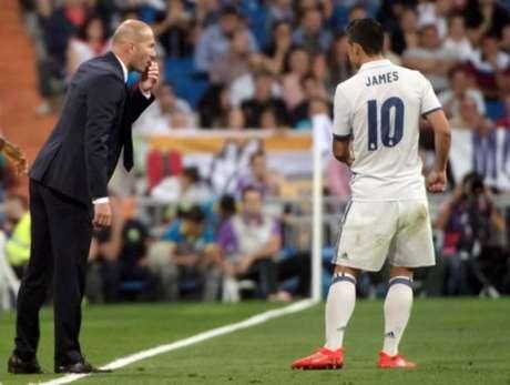 Zidane conversa com James em um jogo do Real Madrid (Foto: CURTO DE LA TORRE / AFP)