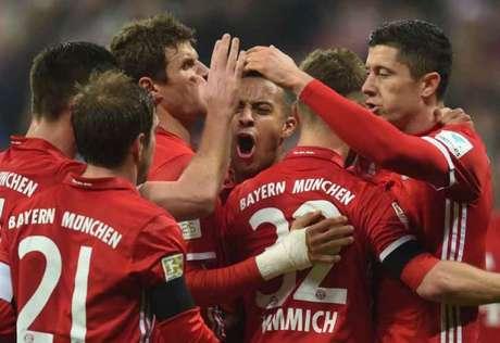 Jogadores comemoram o gol de Thiago Alcântara (Foto: Christof Stache / AFP)
