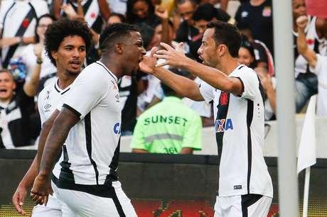 Thalles comemora com Nenê o gol da vitória do Vasco contra o Ceará, no Maracanã, que selou o acesso do time carioca de volta à Série A do Campeonato Brasileiro