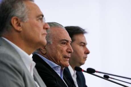 Os presidentes da República, Michel Temer; do Senado, Renan Calheiros; e da Câmara, Rodrigo Maia; durante entrevista coletiva no Palácio do Planalto