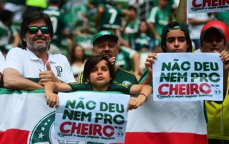 """Torcedores exibem no Allianz Parque cartaz com """"não deu nem pro cheiro"""" em resposta à brincadeira da torcida do Flamengo, que rodadas antes dizia que """"sentia cheirinho do hepta"""""""