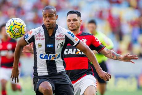 Copete, do Santos, disputa lance com Pará, do Flamengo