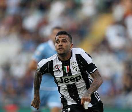 Daniel Alves sofre fratura na fíbula e deve ficar fora por mais de três meses
