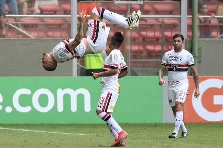 Maicon comemora com um salto mortal o gol de falta que marcou contra o Atlético Mineiro