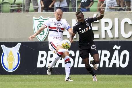 Hyuri, autor do gol do Atlético-MG, e Maicon, autor do gol do São Paulo, disputam bola na partida no Independência