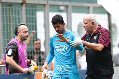 Renan Ribeiro, goleiro do São Paulo, teve de deixar a partida com uma luxação no dedo