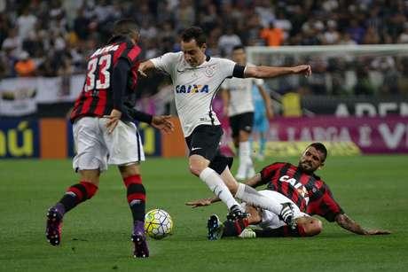 Rodriguinho tenta passar pela marcação da defesa do Atlético Paranaense, que teve atuação bastante firme