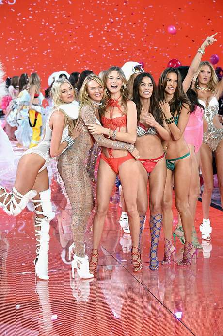 Behati Prinsloo en una edición del Victoria's Secret Fashion Show.