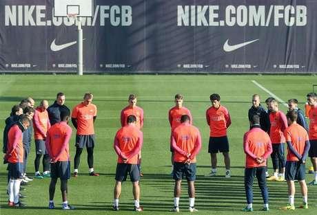 Antes de treino, os jogadores do Barcelona se reuniram no meio do campo e fizeram um minuto de silêncio
