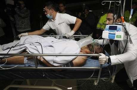 O  lateral-esquerdo Alan Ruschel, sobrevivente do acidente, chega ao hospital após resgate