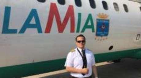 Piloto em frente ao único avião ativo de sua companhia aérea, o mesmo que caiu na última terça-feira