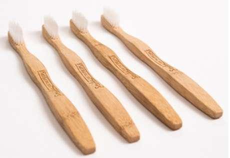 Se jogadas fora, as escovas de bambu demoram apenas 30 anos para se decompor, tempo muito menor comparado ao do plástico