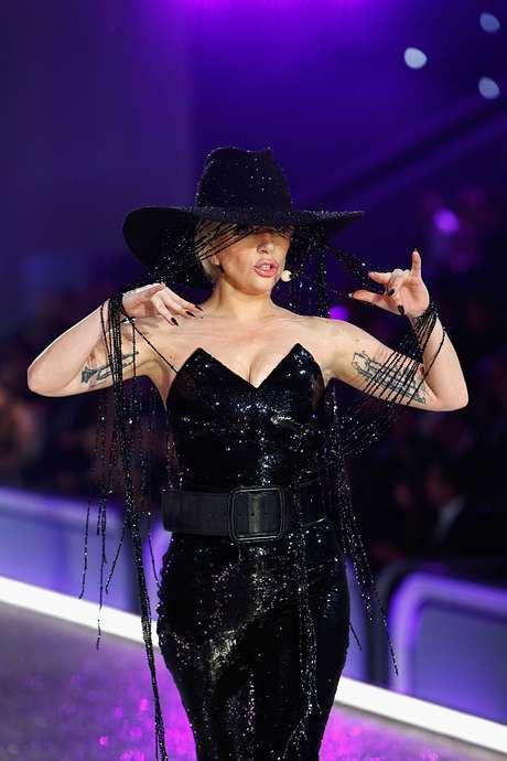 Lady Gaga y su accesorio de un millón de dólares por momentos se robó el show.