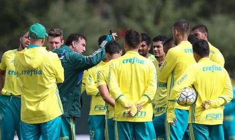 Elenco reunido no treino do Palmeiras. Alguns deles não estarão em campo contra o Vitória (Foto: Cesar Greco)