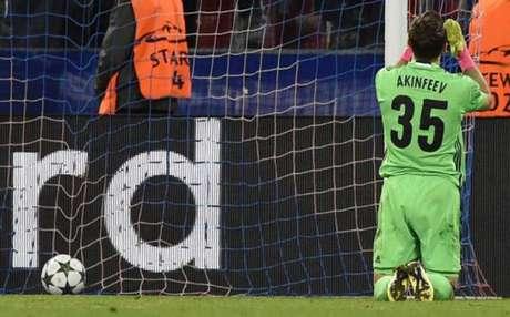 Akinfeev fez gol contra (Foto: YURI KADOBNOV / AFP)