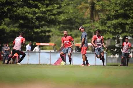 Zé Ricardo testou Alan Patrick no lugar de Diego no treino desta quarta-feira (Foto: Gilvan de Souza/Flamengo)