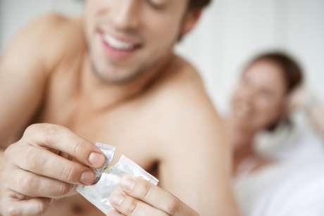 A popular camisinha é o mais conhecido protetor do órgão genital masculino e, apesar de não ser tão eficiente assim para o sexo oral, é a mais usada atualmente quando o sexo oral é no homem