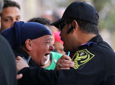 Parentes das vítimas se desesperam em frente a igreja em que ocorreu o atentado