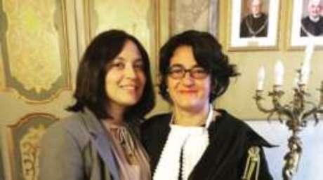 Manuela Magalhães e sua advogada, Susanna Schivo, comemoram decisão da Justiça italiana