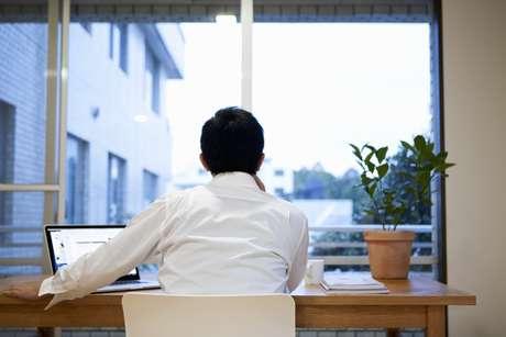 Alguns indivíduos são mais produtivos quando trabalham sozinhos, já que trabalhar em grupo pode distrair e causar atraso na entrega de tarefas ou projetos.