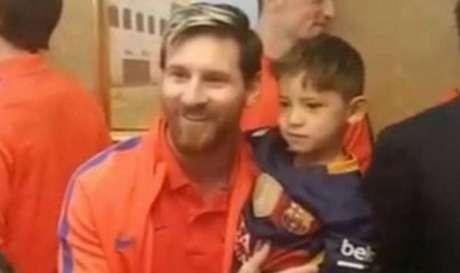 Messi abraçado com o jovem Murtaza Ahmadi(Foto: Reprodução)