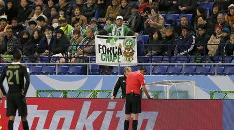 Torcedor do Atlético Nacional exibe faixa em homenagem à Chapecoense no estádio de Osaka, no Japão