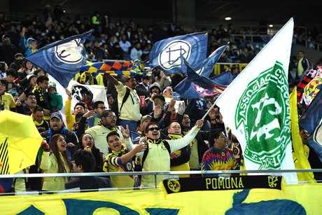 Torcida do América (MEX) levou uma bandeira da Chapecoense para a partida contra o Real Madrid, no Japão