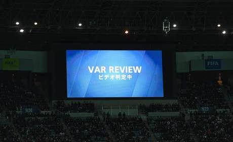 Telão do Estádio de Yokohama, no Japão, anuncia que jogada estava em análise por vídeo durante Real Madrid 2 x 0 América-MEX