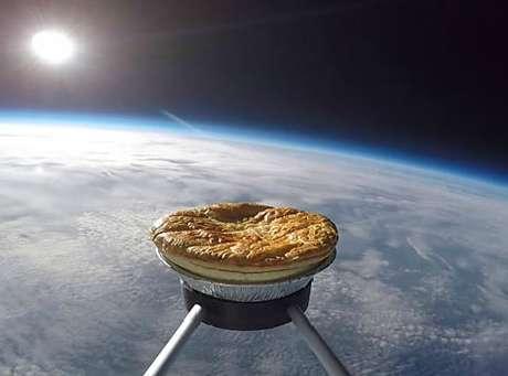 Um grupo de britânicos lançou uma torta de carne e batata ao espaço.