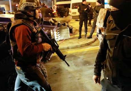 Polícia turca faz a segurança próximo do local onde o embaixador russo Andrei Kharlov foi assassinado a tiros em Ancara, na Turquia