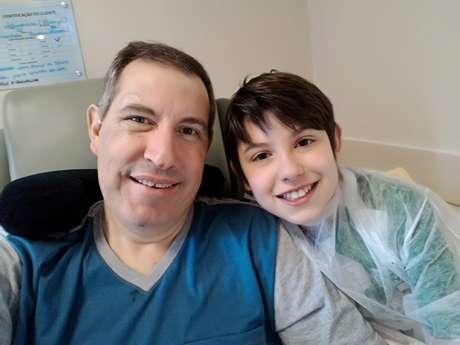 O radialista Rafael Henzel, que está se recuperando em Chapecó, com seu filho