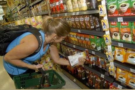 Os alimentos e bebidas continuaram registrando deflação (queda de preços) em dezembro: -0,18%,diz IBGE
