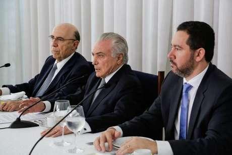 Brasília - O presidente Michel Temer, acompanhado dos ministros Henrique Meirelles, da Fazenda, e Dyogo Oliveira, do Planejamento, recebe jornalistas durante café da manhã no Palácio da Alvorada
