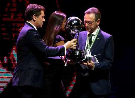 Chapecoense recebe troféu de campeã da Sul-Americana em evento da Conmebol