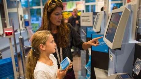 Clientes registram compras em caixa automático em supermercado na Holanda