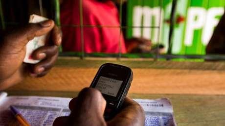 No Quênia e na Tanzânia, serviço digital de transações M-Pesa é adotado por milhões de pessoas