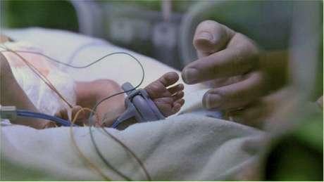 Três bebês nascem viciados em drogas a cada dia na Inglaterra devido ao hábito das mães.