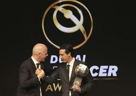 El presidente de la FIFA, Gianni Infantino, izquierda, saluda al técnico de PSG, Unai Emery, en una actividad en Dubai, Emiratos Arabes Unidos.