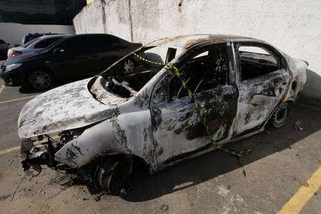 Carro alugado pelo embaixador da Grécia no Brasil, Kyriakos Amiridis, é visto no pátio da Delegacia de Homicídios da Baixada Fluminense (DHBF), em Belford Roxo (RJ), na manhã desta sexta-feira. O veículo foi encontrado incendiado, no fim da tarde de quinta-feira (29), com um corpo em seu interior.